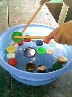 Налейте в миску воды и пустите туда плавать пуговицы или пластиковые крышки от бутылок. Задача ребенка - щипцами или двумя шпателями вылавливать крышечки.