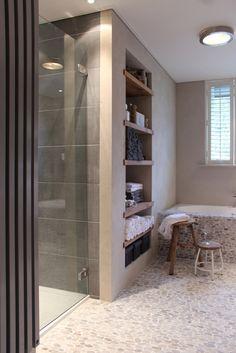 Kiezels in de badkamer, hier in combinatie met een taupe tegels ...