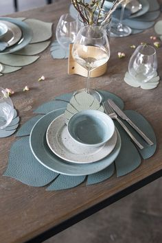 Monstera Leaf-shaped green recycled leather placemats by Danish design brand LIND DNA. Create the perfect botanical table setting. Recycled Leather, Leather Craft, Comment Dresser Une Table, Vegetarian Barbecue, Barbecue Recipes, Vegetarian Cooking, Leather Coasters, Table Set Up, Leather Projects