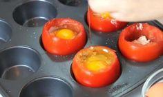 Elle casse des oeufs dans des tomates et ajoute quelques ingrédients! Sa recette est délicieuse!