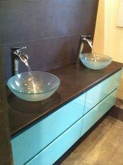 salle de bain avec vasque en verre