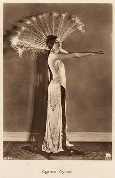1. Лузонская женщина (Luzon Woman From The Philippines)Эта женщина, с филиппинского острова Лузон, показывает стиль и моду своих дней. В то время, в начале 20 века, американская мода уже начала ок