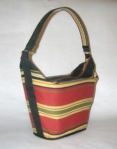 Pannier handbag tutorial, has plastic container as insert to give rigidity. Handbag Tutorial, Diy Handbag, Diy Purse, Tote Tutorial, Diy Tutorial, Tutorial Sewing, Fabric Purses, Fabric Bags, Fabric Basket