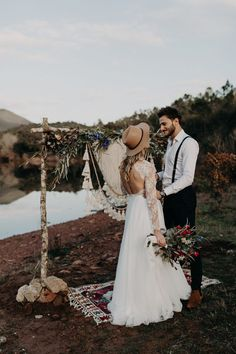 This elopement inspo has the coziest folk style | Image by Lesley S. Photography