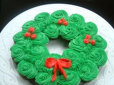 Pull-Apart Wreath Cake on Cake Central Christmas Cupcake Cake, Holiday Cupcakes, Christmas Party Food, Xmas Food, Christmas Sweets, Christmas Cooking, Noel Christmas, Christmas Goodies, Holiday Baking