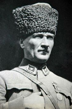Gazi Mustafa Kemal waiting for the attack against the Greek Army, August 1922 Portrait Photos, Portrait Art, Ottoman Turks, Turkish Army, Berlin, The Turk, Cultural Identity, Great Leaders, Ottoman Empire