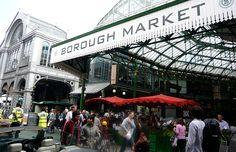 Londinenses paseando delante de la entrada principal del mercado Borough Market.