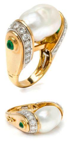 A pearl ring by David Webb in yellow gold, with diamonds and emeralds. Star Jewelry, Gold Jewelry, Fine Jewelry, Jacqueline Kennedy Onassis, David Webb, Helen Mirren, Jennifer Garner, Rings Cool, Emeralds