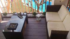 Balcones pequeños bien  decorados #decoración #hogar #deco #home #terrazas #balcones #pequeños Outdoor Sectional, Sectional Sofa, Oasis, Relax, Outdoor Furniture, Outdoor Decor, Home Decor, Balcony, Garden
