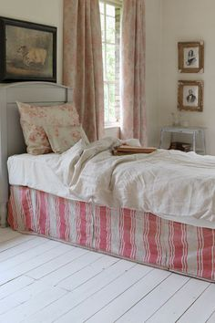 SIMPLE STRAIGHT LINES  Modern Country Style: Girls' Bedroom: Painted Furniture