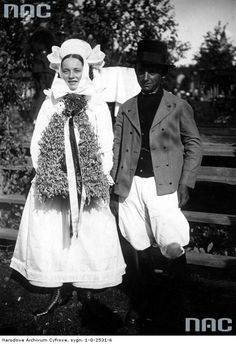 A couple during dożynki (harvest festival) in Krobia, region of Biskupin, Poland, 1934. Image via Narodowe Archiwum Cyfrowe.