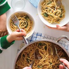 One-Pot Pasta with Sun-Dried Tomatoes and Spinach Work Meals, One Pot Meals, Pasta With Dried Tomatoes, Pasta Tomate, I Love Food, Good Food, Ricardo Recipe, Drying Pasta, One Pot Pasta