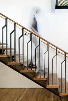 Gorgeous Wooden Staircase Design Ideas For Branching Out 24 Modern Staircase Branching design gorgeous ideas Staircase Wooden Wooden Staircase Design, Interior Stair Railing, Modern Stair Railing, Staircase Handrail, Balcony Railing Design, Wooden Staircases, Modern Stairs, Balustrade Design, Bannister