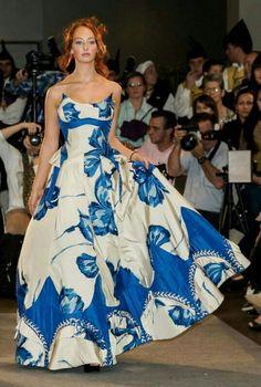 Sentirse una reina o una diosa seguramente se parecerá a un momento así.  Un vestido impactante y mil flashes siguiéndote.