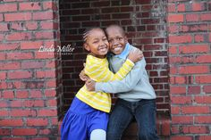 Linda Miller Photography www.lindamillerphotography.com Kids session, family session, what to wear, natural lighting, brick window, siblings, pose ideas, fort hunt park