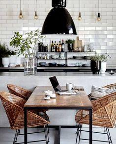 Küche, schwarz weiß, Rückwand Metrofliesen, weiße Wandfliesen, glanz, Lichteffekt, Bambusmöbel, Industrie, offene Regale, weißer Küchenblock, schlicht, zeitlos