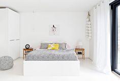 Vanhempien sängyn vetoketjupeite ja säkkituoli on teetetty AVA Roomissa. Sängyn yläpuolella on Nina Sarkiman teos sarjasta Rakkauskirjeitä, jonka inspiraationa olivat taiteilijan isovanhempien rakkaus-kirjeet vuosilta 1905-1906. Verhotangon päässä roikkuva, isoista styroksipalloista tehty helmikoriste on Hannan tekemä.