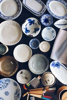Not sure what cookware and tableware you should check out while visiting Japan? Here are 10 things that are worth bringing back in your suitcase from Japan. Japanese Plates, Japanese Dishes, Japanese Ceramics, Japanese Food, Asian Kitchen, Japanese Kitchen, Easy Japanese Recipes, Asian Recipes, Kitchen Cheat Sheets