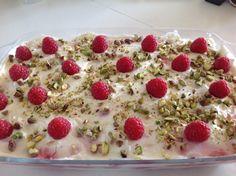 Jeg lavede denne super lækre hindbær tiramisu til Antons 18 års fødselsdag. Den var et hit. Opskrift på hindbær tiramisu: Et fad ca. 25×35 Hindbær tiramisu bliver bedst, hvis den står og trækker i køleskabet i 6-8 timer. Jeg plejer at lave den dagen før, jeg skal bruge den. Hindbær sause. 400 g. frosne hindbær. … … Læs resten →