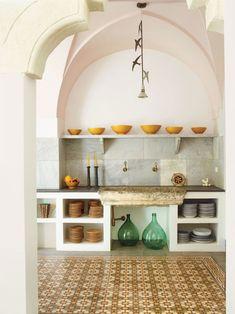 Uma casa antiga com decoração atual. Na cozinha, louças aparentes, torneira dourada.   #decoracao #decor #casadevalentina
