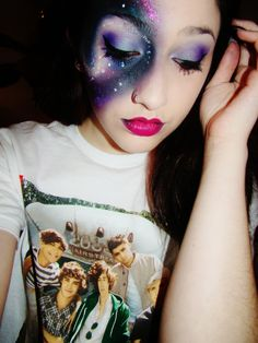 OKAY SO NOT ONLY DOES SHE HAVE EPIC MAKEUP SHE'S WEARING A ONE DIRECTION SHIRT. PEOPLE ARE AWESOME.