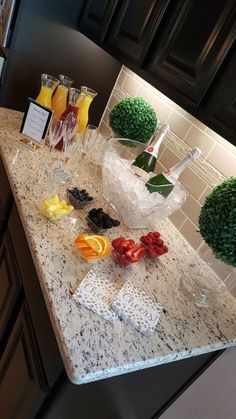 MOM-osa Bar:a fun mimosa bar for a baby shower or Mothers Day Champagne Brunch How to Throw the Perfect Brunch Spring is the best time to throw a p. Mimosa Brunch, Mimosa Bar, Mimosas, Nutella Mini, Brunch Party Decorations, Bar Set Up, Baby Shower Brunch, Shower Baby, Birthday Brunch