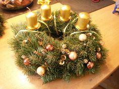Zlatý věnec - Postup na výrobu adventního věnce. Christmas Wreaths, Christmas Tree, Tree Skirts, Advent, Holiday Decor, Home Decor, Teal Christmas Tree, Decoration Home, Room Decor