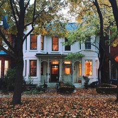 I need a house like this that looks so pretty in autumn Exterior Design, Interior And Exterior, Beautiful Homes, Beautiful Places, Patio Grande, Autumn Aesthetic, Aesthetic Girl, House Goals, Where The Heart Is