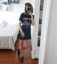 Cês também ficam loucas pra usar a roupinha nova assim que ganham? Recebi essa camiseta e esse cinto da @bahzshop ontem e hoje já botei pra… Basic Outfits, Skirt Outfits, Trendy Outfits, Summer Outfits, Cute Outfits, Chicos Fashion, Fall Fashion Outfits, Summer Fashion Trends, Girl Fashion
