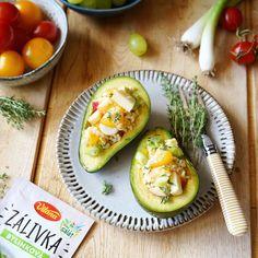 Rýchla chuťovka, ktorá zasýti počas horúcich dní?  Vyskúšajte grilované avokádo plnené šalátom. Avocado Egg, Eggs, Breakfast, Food, Meal, Egg, Eten, Meals, Morning Breakfast