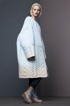 Originaire de Chine, c'est à Londres au London College of Fashion et au Royal College Art que Xiao Li s'est spécialisée en tricot. Jouant avec le volume, elle traite la matière par de surprenantes enductions siliconées qui apportent une touche sculpturale à son travail.