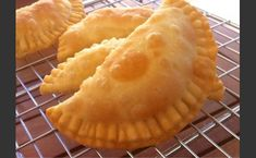 Imagine delicious packets of golden pastry wrapped around a melty cheese filling. These traditional little cheese pies (pitarakia) from the island of Milos will amaze you! Discover how to make them to perfection with this traditional Greek recipe. Greek Cheese Pie, Cheese Pies, Pastry Recipes, Cooking Recipes, Snacks Recipes, Gf Recipes, Vegetarian Recipes, Crepes, Greek Appetizers