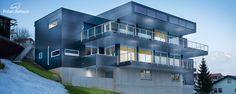 Futuristisches Blockhaus am Hang aus Holz