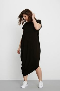 Looks plus size! Vestido preto e tênis branco para um look minimalista