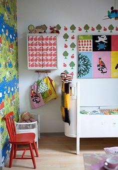 ..... via marvelous kiddo. compartiment de paret  i penjadors per aprofitar espais