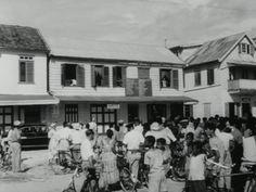 Statenverkiezingen in Suriname - Op 25 juni 1958 worden de verkiezingen voor de Staten van Suriname gehouden, de Surinaamse volksvertegenwoordiging.  Vooraf wordt er druk campagne gevoerd. De straten hangen vol met politieke leuzen, mensen discussiëren en een geluidsauto roept het publiek op om vooral te gaan stemmen. En er zijn verkiezingsbijeenkomsten zoals van de Samenwerkende Partij van Adolf Pengel en het Eenheidsfront van David Findlay  Tijdens de verkiezingsdag is de opkomst groot…