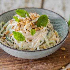Diese Spaghetti-Kombination vom Foodblog Bistro Badia überzeugt auf ganzer Linie! Nudeln, Gurke, Knoblauch, Minze, Joghurt, Pinienkerne ... mhmmm!