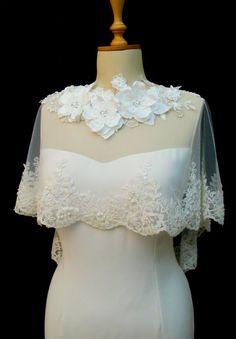 Spitzen-Cape mit Blüten bei https://www.etsy.com/de/listing/190879602/ivory-lace-bridal-cape-shawl-lace-shrug