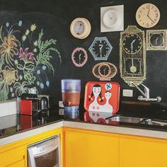 tinta de lousa, armários amarelos, cozinha integrada... bem difícil não se inspirar nesse apartamento! já viram que o Capítulo 2 está no ar? ♥ corre pro blog pra não perder #todacasatemumahistoria #paredelousa #casacolorida #cozinha  foto: @lflorenzano