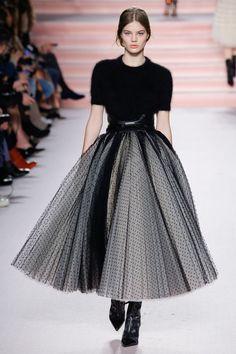 The complete Philosophy di Lorenzo Serafini Fall 2017 Ready-to-Wear fashion show now on Vogue Runway. Fashion 2017, Runway Fashion, Fashion Show, Fashion Outfits, Womens Fashion, Fashion Trends, Fashion Design, Milan Fashion, High Fashion