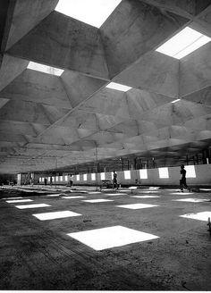 Artigas | Cascaldi Concrete Facade, Concrete Architecture, Museum Architecture, Facade Architecture, Arch Interior, Amazing Buildings, Brutalist, Skylight, Landscape