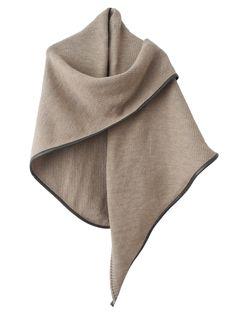 The Wrap Camel - Een luxe wrap. Zo kun je deze omslagdoek het best omschrijven. De omslagdoek valt mooi langs je heen en houdt je heerlijk warm tijdens een gure Hollandse winter, zowel thuis op de bank, aan het werk, achter je computer of op de fiets of zelfs tijdens een etentje maakt hij je chique.   Deze camel kleurige wrap of omslagdoek is afgebiest met een een hippe, zachte fake leather donkerbruine bies. De wol is heerlijk zacht bestaat uit alpaca, merino wol en acryl. Juist de acryl…