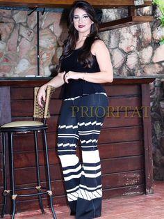 """Democráticas, elas ficam bonitas em todos os tipos físicos: """"a calça flare valoriza a silhueta feminina e é ótima para equilibrar quadris largos.  Contatos para vendas (62) 9185-3663 whatsapp www.prioritat.com.br"""