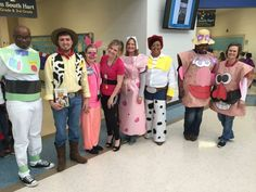 List of Best Ever Grade Level Costumes - Toy Story Teacher Costumes - Keeping Up with Mrs. Teacher Halloween Costumes Group, Toy Story Halloween Costume, Toy Story Costumes, Book Week Costume, Halloween Kostüm, Halloween Couples, Homemade Halloween, Family Halloween, Halloween Camping