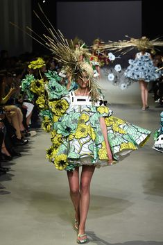 Viktor & Rolf Parigi - Haute Couture Spring Summer 2015 - Shows - Vogue. Fashion Week, Fashion Art, High Fashion, Fashion Show, Fashion Design, Paris Fashion, Spring Couture, Couture Week, Style Couture