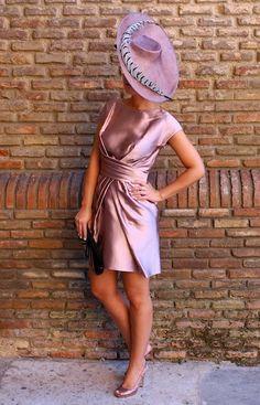 Look de alquiler en www.lamasmona.com  Vestido de boda y tocado.