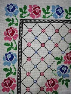Tischdecke aus Rosen - #altrosa #Aus #rosen #Tischdecke Cross Stitch Cards, Cross Stitch Flowers, Cross Stitch Designs, Cross Stitch Patterns, Teapot Cover, Chicken Scratch, Yarn Shop, Easy Crochet Patterns, Vintage Patterns