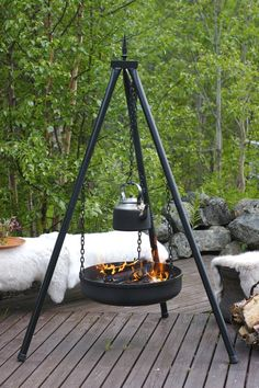 Great idea for outdoor fireplace Outdoor Spaces, Outdoor Living, Outdoor Decor, Wood County, Fire Pit Cooking, Norwegian House, Winter Porch, Metal Fire Pit, Farm Stay