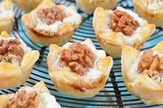Een perfectie combinatie van ingrediënten bij deze geitenkaas, walnoot en honing hapjes. Je maakt ze in een bakje van bladerdeeg, perfect voor bij de borrel