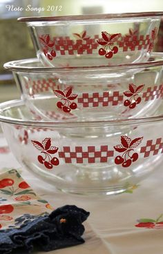 Not vintage Pyrex clear cherry mixing bowls Hd Vintage, Vintage Bowls, Vintage Kitchenware, Vintage Dishes, Vintage Glassware, Vintage Love, Vintage Pyrex, Antique Dishes, Vintage Farm